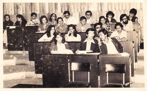 Año 1980. Congreso de Sociología en Cuenca, el Soc. Dalton Espín Alarcón, tercero de la derecha a izquierda en la fila de atras escuchando a Gerardo Venegas.