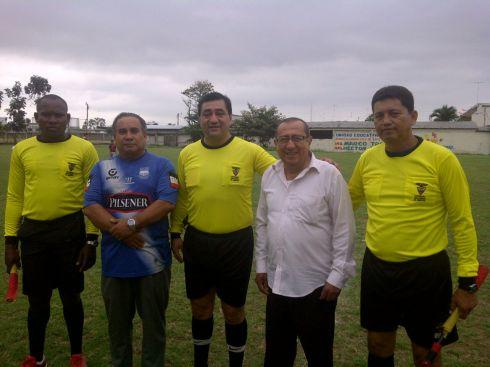 El el campeonato interinstitucional de fútbol de Los Ríos, junto a los árbitros y el rector del colegio Eugenio Espejo. Al final la Policía Nacional se impuso 1 por 0 al Colegio Espejo de Babahoyo.